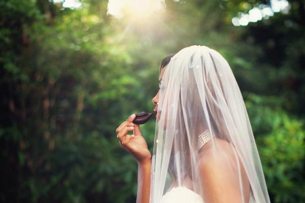 Praline in Kussmundform  Erdbeer - Hochzeitskleid
