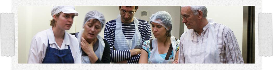 Workshop Planète Chocolat, de deelnemers hebben de mogelijkheid eigen chocolade te maken. Brussel.