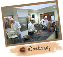 Participants are lead by one of our chocolatiers. They walk into our workshop and can make their own pralines, from the moulding stage to finally removing it form the mould.